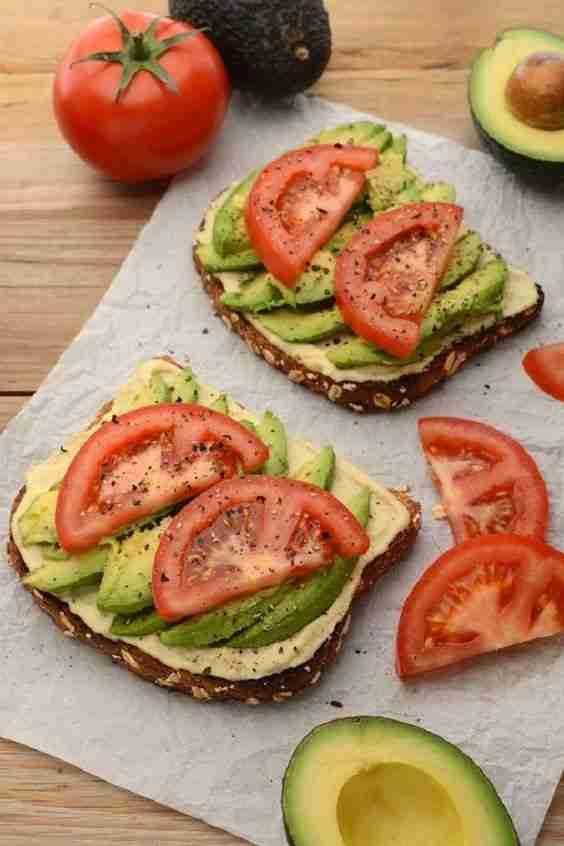 Imágenes de desayunos saludables con tomates y aguacates